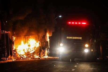 Ônibus é incendiado no Conjunto Habitacional Alameda das Palmeiras, no bairro Pedras, na cidade de Fortaleza, no Ceará, no dia 8 de janeiro