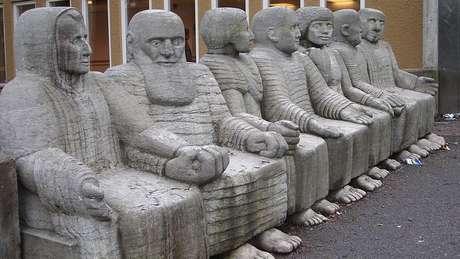 Paulo Freire é a segunda figura, da esq. para a dir., nesta escultura de 1976 de Nye Engström. A obra fica em Estocolmo, na Suécia