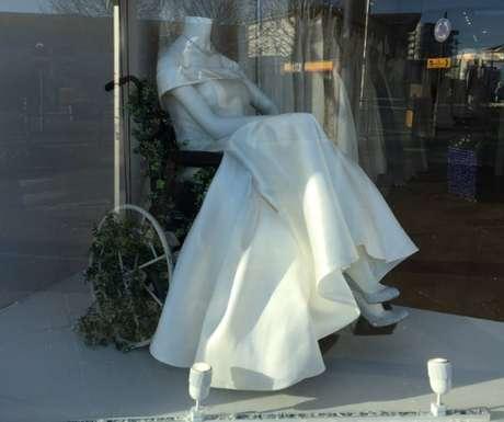 A lojaThe White Collection, na Inglaterra, foi inclusiva ao colocar um manequim em cadeira de rodas.