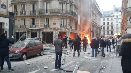Incêndio atinge padaria no centro de Paris neste sábado (12)