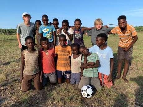 Luciano Huck presenteia crianças de Moçambique com bola nova, como mostrou em foto compartilhada neste sábado, dia 12 de janeiro de 2019