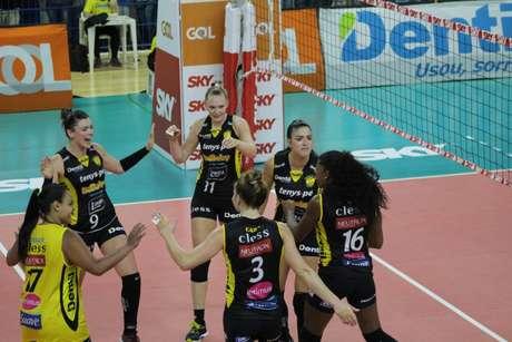 Praia Clube agora ocupa a primeira posição da Superliga feminina (Foto: Divulgação)