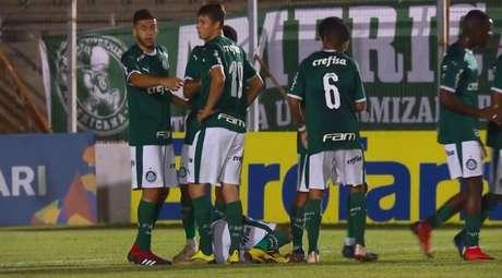 No detalhe, o camisa 11 Guilherme Vieira (no chão) logo após marcar o primeiro gol do Palmeiras na partida. Jogador saiu machucado de campo (Ag. Palmeiras)
