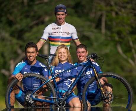 Henrique Avancini e os três atletas que compõem sua nova equipe de ciclismo (Foto: Divulgação)