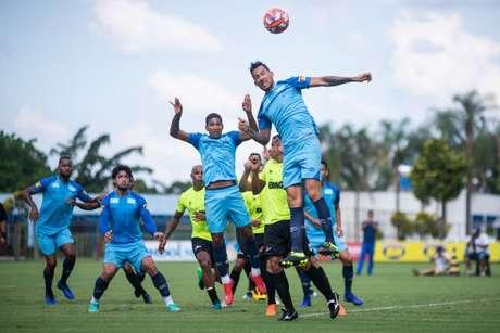 Mano Menezes fez diversas experiências na equipe que venceu o Coimbra na Toca da Raposa- Vinnicius Silva