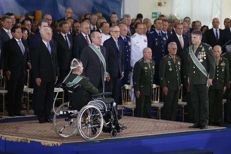 O general Eduardo Villas Bôas (E) transmite o cargo de comandante do Exército para o general Edson Leal Pujol (D), em cerimônia realizada no clube do Exército, em Brasília (DF), na manhã desta sexta-feira (11).