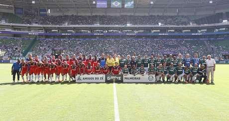 Elencos de Ídolos do Palmeiras e Amigos do Zé Roberto em amistoso do ex-meia.