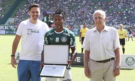 Zé Roberto é homenageado pelo Palmeiras, clube pelo qual se aposentou do futebol.