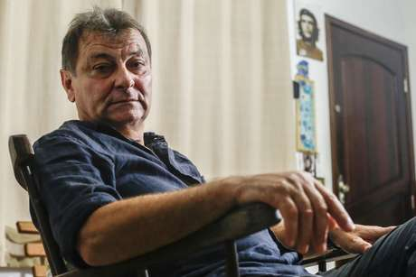 Cesare Battisti durante entrevista feita em sua residência em Cananeia, interior paulista