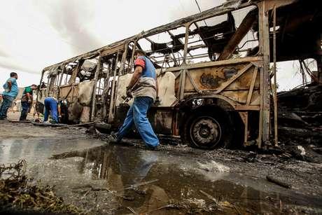 Ônibus da linha 383 (Parque São João/Siqueira) que foi incendiado na manhã de quinta-feira, 10 de janeiro, no loteamento Paraíso Verde, no bairro Siqueira, em Fortaleza