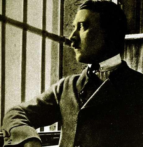 Nesta rara fotografia, Adolf Hitler aparece em sua cela na prisão de Landsberg, quando ainda era um preso político sem importância