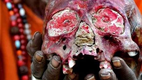 Um aghori segurando um crânio humano