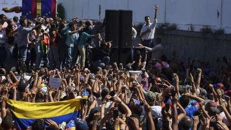 Nas útimas 48 horas, Guaidó surgiu como o rosto mais visível do movimento que tenta tirar Maduro do poder na Venezuela.