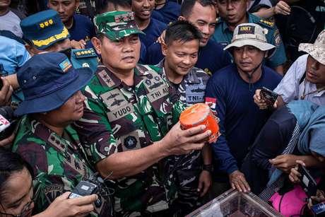 Comandante da Marinha da Indonésia, almirante Yudo Margono, segura caixa-preta de avião da Lion Air encontrada por mergulhadores 14/01/2019 Antara Foto/Aprillio Akbar/via REUTERS