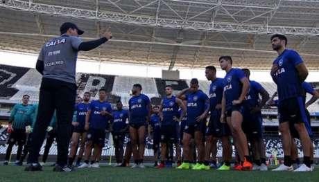 Zé Ricardo durante treino do Botafogo. Confira a seguir outras imagens na galeria especial do LANCE!