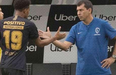 Gustagol cumprimenta o técnico Carille ao ser substituído na Arena (Foto: Divulgação)