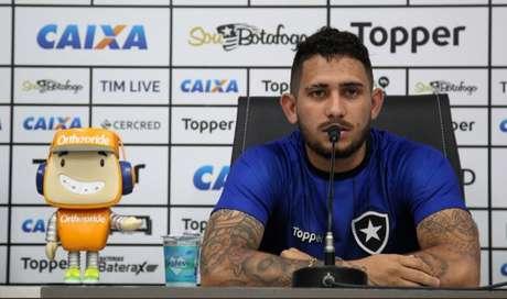 Leandro Carvalho concedeu entrevista coletiva nesta segunda-feira (Foto: Vitor Silva / SS Press / BFR)