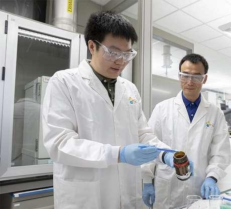 Renyuan Li (esquerda) e Peng Wang fazendo hidrogel