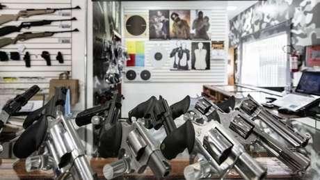 A posse de arma é uma autorização emitida pela Polícia Federal para que um cidadão possa ter um arma dentro de casa ou no lugar de trabalho, contanto que seja ele o titular ou o responsável legal pelo estabelecimento.