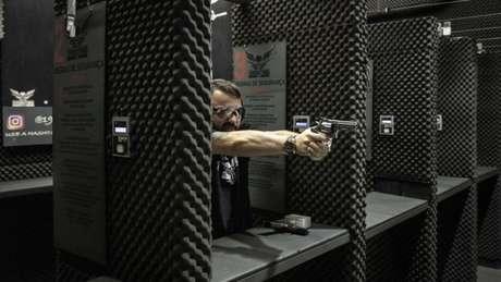 A quantidade de armas vendidas no comércio legal entre 2004 e 2017 já supera o número de unidades entregues voluntariamente por meio da campanha do desarmamento, criada em 2004.