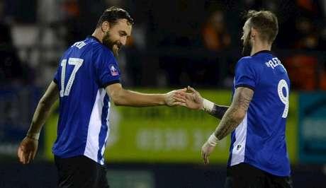 Atdhe Nuhiu (esq.) fez o gol da vitória e da classificação do Sheffield Wednesday