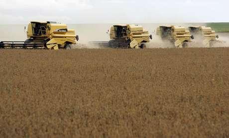Colheitadeira  em campo de plantio de soja no Mato Grosso 29/02/2008 REUTERS/Paulo Whitaker