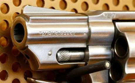 Revólver da Taurus em loja de armas na Suíça 10/08/2016 REUTERS/Arnd Wiegmann