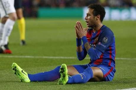 Brasileiro em campo pelo Barça (Foto: PAU BARRENA / AFP)
