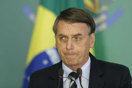 O presidente da República, Jair Bolsonaro (PSL), durante cerimônia de assinatura de decreto para a flexibilização de compra de arma de fogo e munição, no Palácio do Planalto, em Brasília, nesta terça-feira, 15