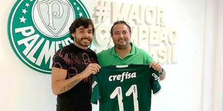 Goulart e o diretor de futebol Alexandre Mattos comemoram fim da negociação