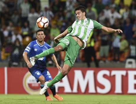 Pedido de Sampaoli, Felipe Aguilar só espera a assinatura de contrato com o Santos para vestir a camisa (AFP)