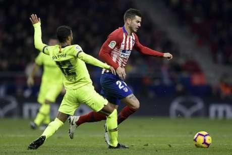 Hernández passa por Rafinha em jogo do Atlético com o Barcelona (Foto: Oscar del Pozo / AFP)