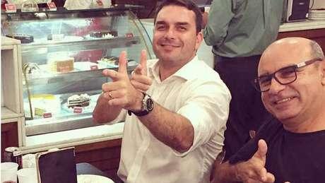 Queiroz (à dir.) é ex-motorista e ex-segurança do deputado estadual Flávio Bolsonaro