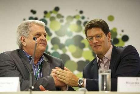 O ministro do Meio Ambiente, Ricardo Salles (à dir.), empossa o novo presidente do Instituto Chico Mendes de Conservação da Biodiversidade (ICMBio),Adalberto Eberhard