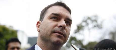 Flávio Bolsonaro, eleito senador, alegou foro privilegiado para pedir transferência do caso para o STF