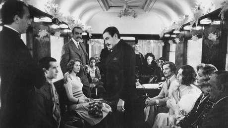 Hercule Poirot (Albert Finney) em 'Assassinato no Expresso do Oriente' - detetive belga 'chama a atenção para os estereótipos ingleses'