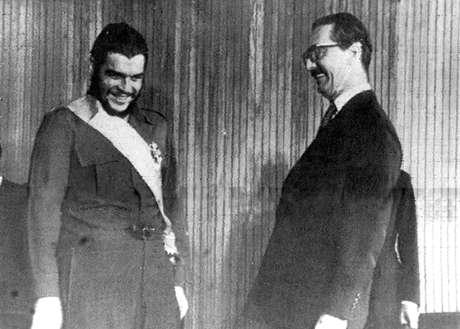 Jânio Quadros condecora Che Guevara em 1961