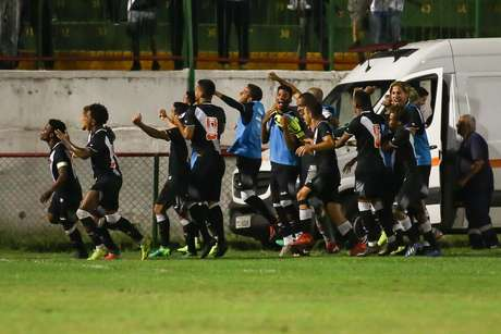 Garotos do Vasco comemoram gol contra o Coritiba na Copa São Paulo