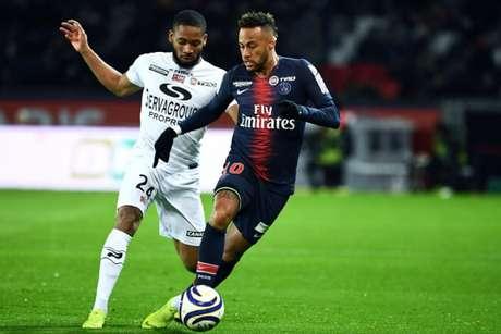 Neymar em ação contra o Guingamp no jogo do primeiro turno entre as equipes (Foto: AFP)