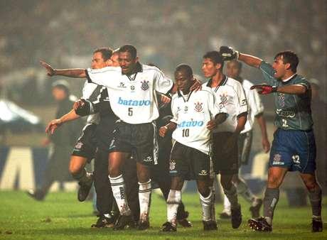 Edílson e Vampeta durante a final do Campeonato Paulista de Futebol entre Corinthians e Palmeiras em 1999