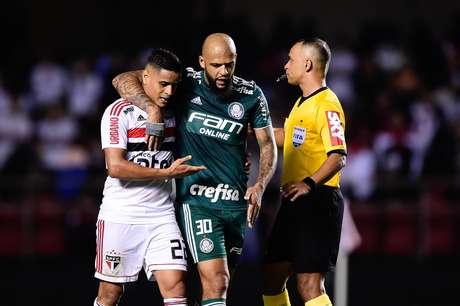 Everton, do São Paulo, e Felipe Melo, do Palmeiras, durante partida válida pela vigésima oitava rodada do Campeonato Brasileiro 2018