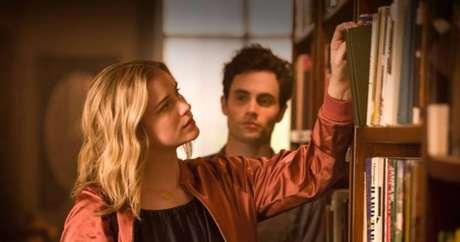 O gerente de livraria Joe Goldberg observa a cliente Guinevere Beck, jovem aspirante a escritora, na série 'You', da Netflix.