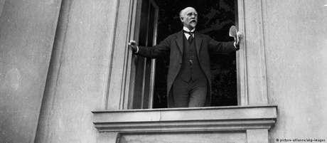 Social-democrata Philipp Scheidemann proclama a república numa janela do Reichstag, em novembro de 1918