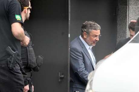 Ex-ministro Antônio Palocci Filho é fotografado deixando a prisão, na sede da Polícia Federal em Curitiba, o berço da Operação Lava Jato.
