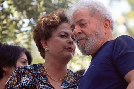 Os ex-presidentes Dilma Rousseff (e) e Luiz Inácio Lula da Silva participam de missa em memória à ex-primeira-dama Marisa Letícia.