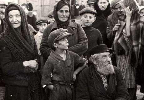 Moradores do bairro judeu em Chelmza, Polônia, país invadido por tropas nazistas em 1939