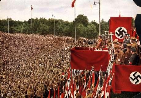 Adolf Hitler discursa para soldados em Dortmund, em 1933; nos anos seguintes, Alemanha pôs em marcha plano para exterminar judeus
