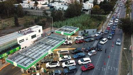 Mexicanos fazem filas demoradas em postos de gasolina
