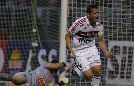 Anderson Martins comemora o primeiro gol do São Paulo contra o Mirassol, anotado de cabeça (Rubens Chiri/saopaulofc.net)