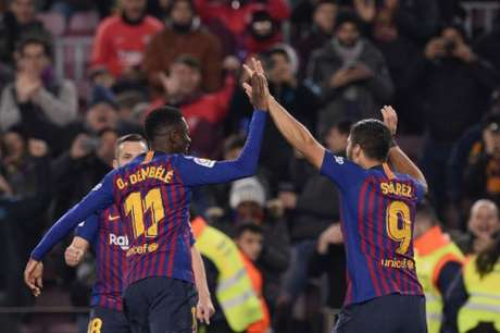 Dembélé e Suárez: autores dos dois primeiros gols do Barcelona (Foto: Josep Lago / AFP)